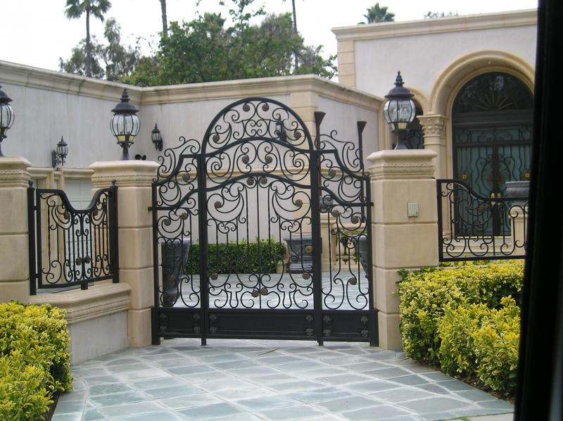 artistic-metal-fence-with-pillar-wall-for-modern-front-gate-designs