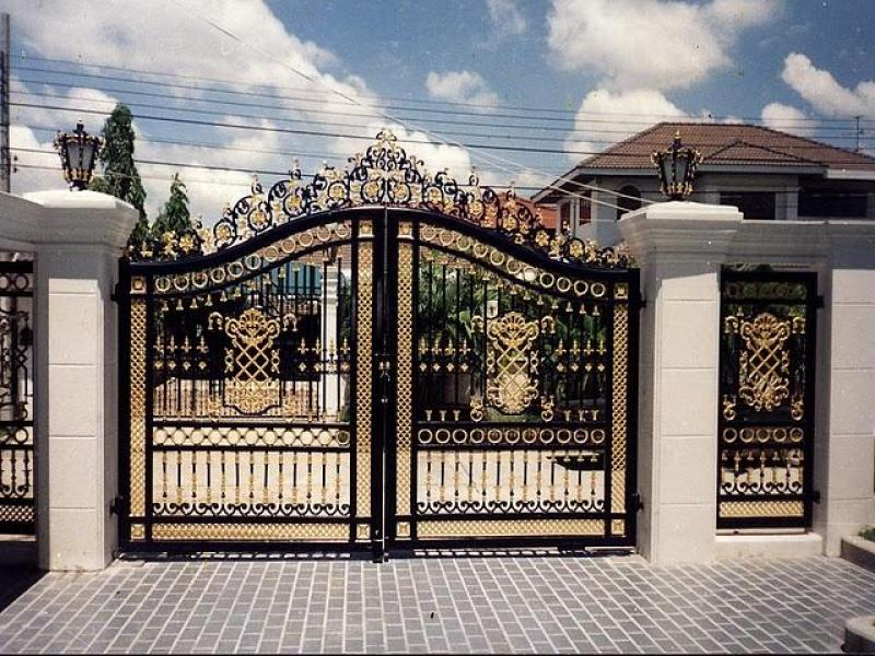 modern-beauty-front-gate-designs-black-and-gold-with-pillar