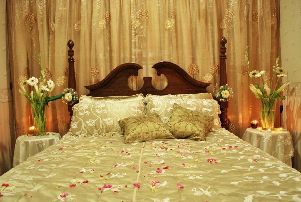 Tips how to decorate wedding room decorations for Asian wedding bed decoration ideas