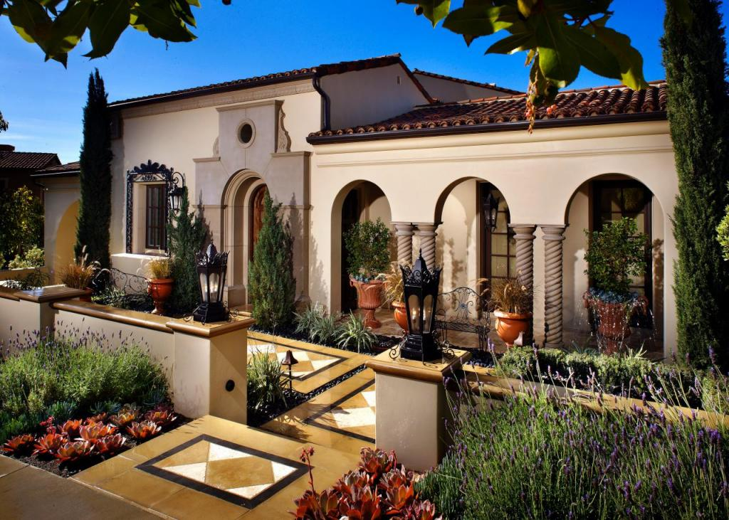 Gorgeous mediterranean style homes with courtyard for Mediterranean homes images
