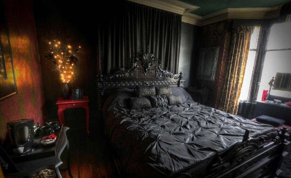 black-bedroom-victorian-gothic-style-interior-design