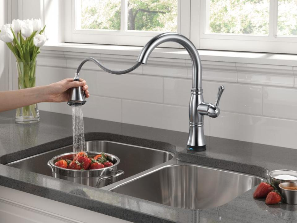 elegant-chrome-lux-delta-kitchen-faucets-pull-down-with-sprayer