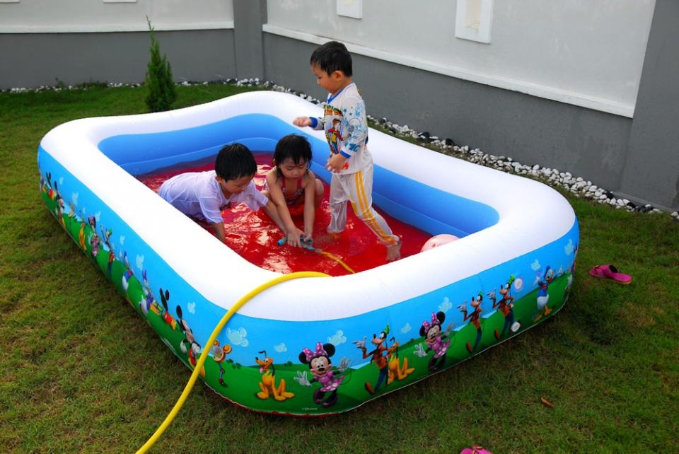 mickey-mouse-paint-on-inflantable-plastic-garden-pool-for-kids