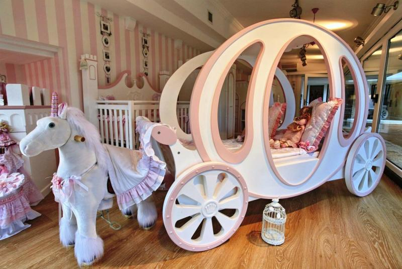 disney-princess-bedroom-carriage-and-white-horse