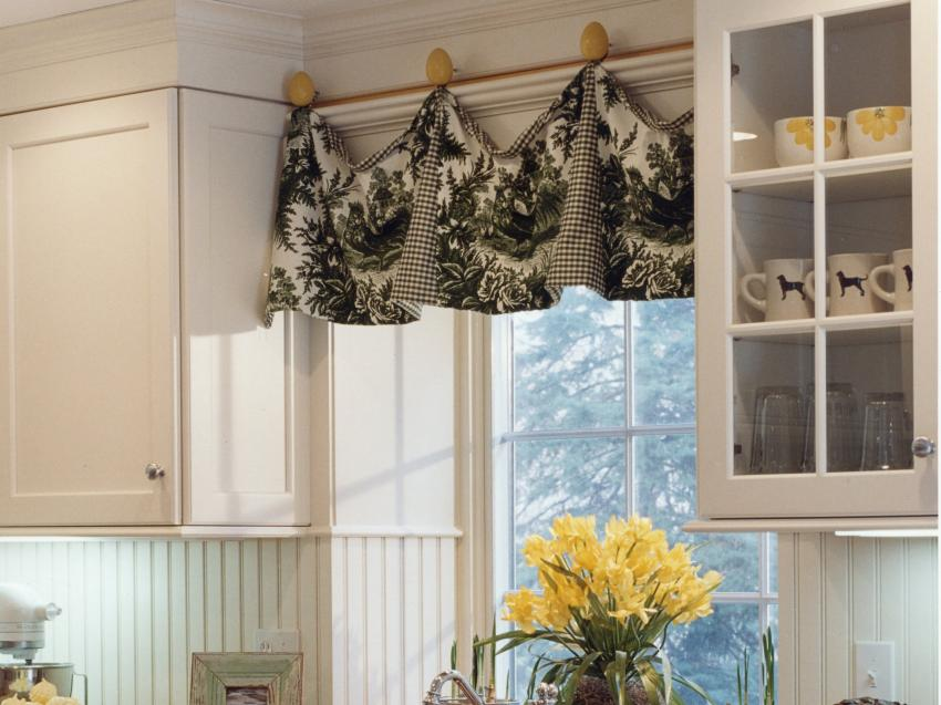 black-and-white-valance-kitchen-window-treatment-ideas